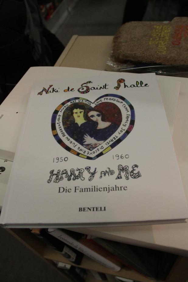 Voller Stolz erkannte ich auch auch die Bücher über Niki de Saint Falle